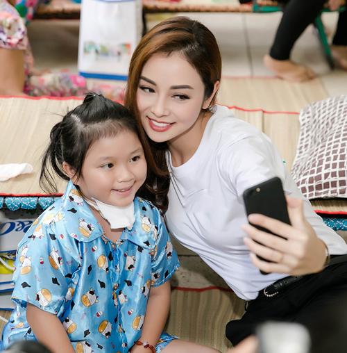Jennifer thăm hỏi các bé trên giường bệnh, trao quà và thân thiện pose hình.