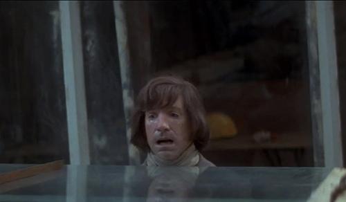 Cảnh nhân vật bị cắt người đã ứng nghiệm vào người thiết kế bối cảnh.