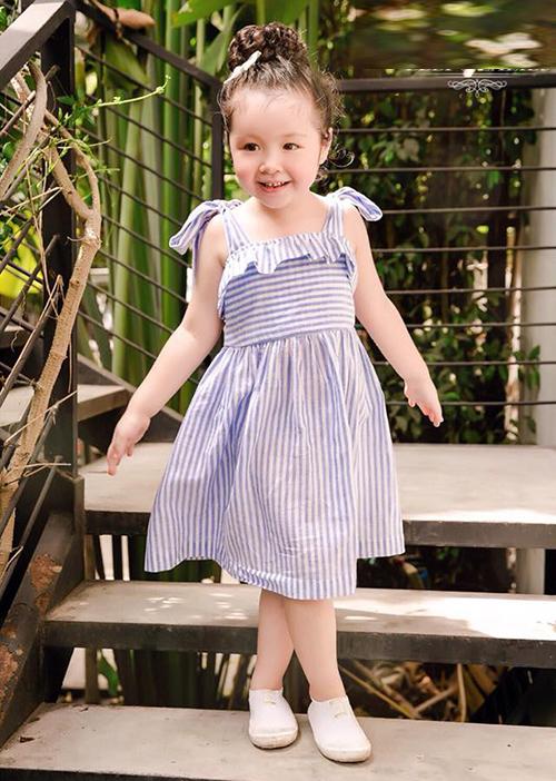 Cô nhóc 4 tuổi có điều kiện tiếp xúc ống kính từ khi 1,2 tuổi nên rất dạn dĩ với máy ảnh, thường xuyên làm người mẫu cho shop thời trang trẻ em của mẹ.