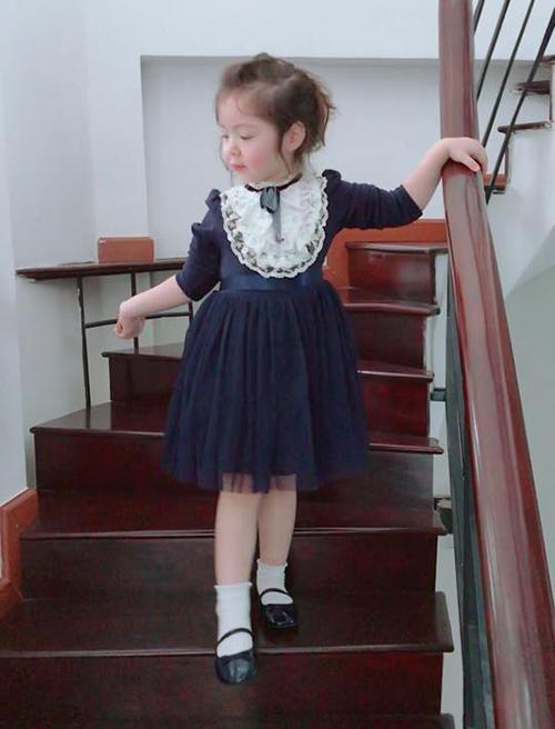 Chẳng cần mẹ hướng dẫn, trong những bức hình Cadie luôn rất tự tin và điệu đà, tạo dáng chẳng thua người mẫu.