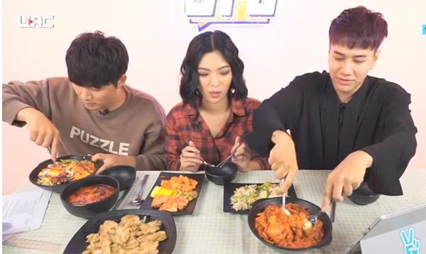 Chia sẻ về thói quen ăn uống, Tú Hảo sợ cay nên cô hiếm khi đi ăn đồ Hàn Quốc, thường chỉ đi ăn đồ nướng hoặc buffet. Hơn nữa, vì phải giữ dáng nên cô không thể ăn vô tội vạ.
