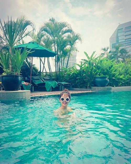 Hye Rin (EXID) mặc bikini bơi lội thỏa thích nhưng chỉ chịu lộ mỗi cái đầu cho fan nhìn.