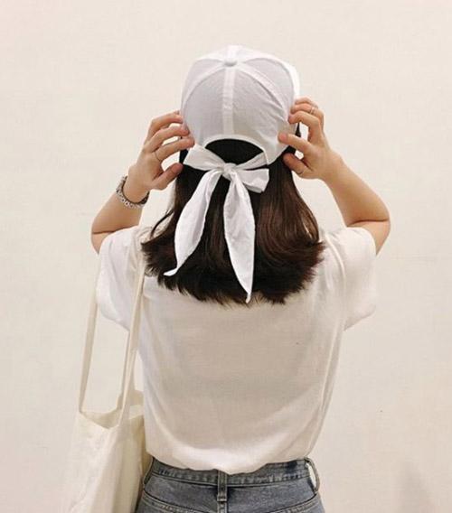 Năm nay, các cô gái cũng ưa thích những kiểu mũ với chất liệu mềm mại hơn để không gây nóng bức dù có đội cả ngày.