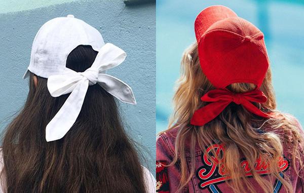 Xu hướng này được lăng xê đầu tiên bởi một thương hiệu đến từ Australia. Mũ lưỡi trai của hãng thường được làm từ chất liệu linen mỏng nhẹ, đội thoải mái như không. Phía sau mũ thắt thành hình nơ xinh yêu rất thích hợp cho các cô gái sống ảo.