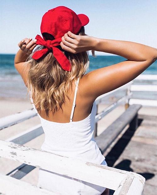 Vừa năng động lại vừa nữ tính, kiểu mũ này có thể phù hợp với đủ phong cách khác nhau, tô điểm cho mái tóc của con gái thêm nổi bật.