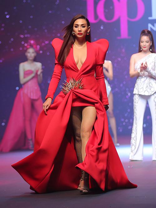 Trang phục càng phức tạp thì càng dìm bớt chiều cao 1,78 m chuẩn mực của người đẹp.