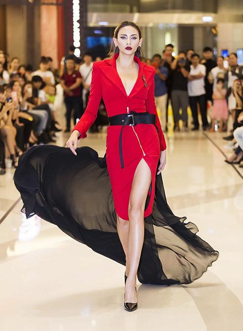 Ở Vietnams Next Top Model 2017, Võ Hoàng Yến cũng để lại ấn tượng trong vai trò cố vấn chuyên môn. Tuy nhiên những bước catwalk của cô thần sầu bao nhiêu thì cách chọn trang phục của cô lại gây ngán ngẩm bấy nhiêu.