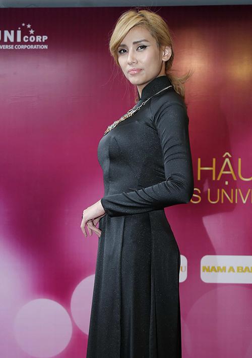 Đôi khi cô lại chọn áo dài đen cùng lối trang điểm, làm tóc già đanh.