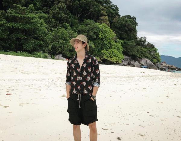 Bình An khoe vẻ đẹp lãng tử chẳng kém trai Hàn trong chuyến du lịch biển ởMalaysia.