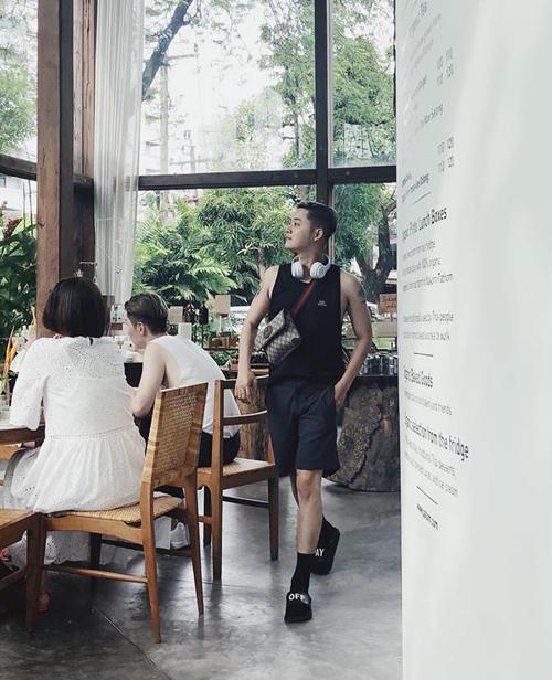 Thanh Duy thần thái kiêu sa, sải bước chân sang chảnh như người mẫu giữa... quán cà phê.