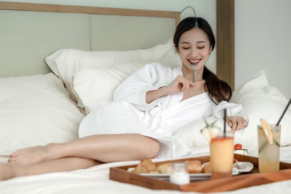 Jun Vũ khoác áo choàng tắmgợi cảm dùng bữa sáng trên giường.