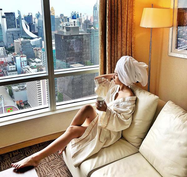 Băng Di trông chẳng khác gì quý tộc khi theo mốt quấn khăn tắm đang gây sốt showbiz.
