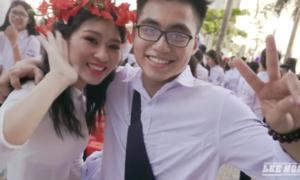 Em trai Sơn Tùng M-TP ôm từng bạn học trong ngày ra trường