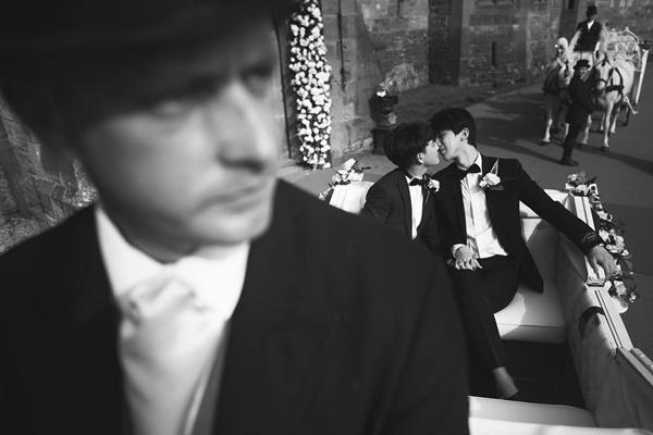 Hôn lễ có sự góp mặt của nhiều bạn bè, nhân viên thân thiết trong công ty của hai người. Các khách mời đều mặc đồ trắng. Cặp đôi ngồi trên xe ngựa tiến vào lâu đài như hai hoàng tử.