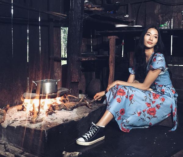 Hoàng Thùy diện váy siêu điệu thả dáng bên bếp lửa nhà... HHen Niê.
