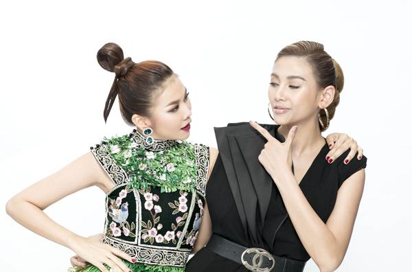 Siêu mẫu hợp tác ăn ý cùng Võ Hoàng Yến khi thị phạm diễn xuất.