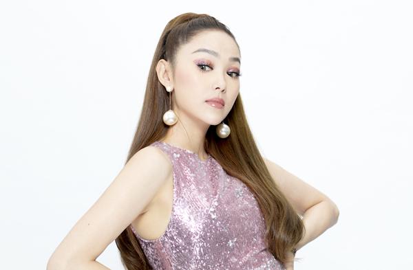 Nữ ca sĩ thay đổi cách tạo dáng, biểu cảm gương mặt khá đa dạng và nhanh chóng trong mỗi bức hình.