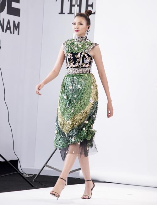 Siêu mẫu Thanh Hằng cũng đã cho cho các thí sinh được mục sở thị như thế nào là những bước catwalk chuẩn, cả về năng lượng của sải chân và thần thái của gương mặt.