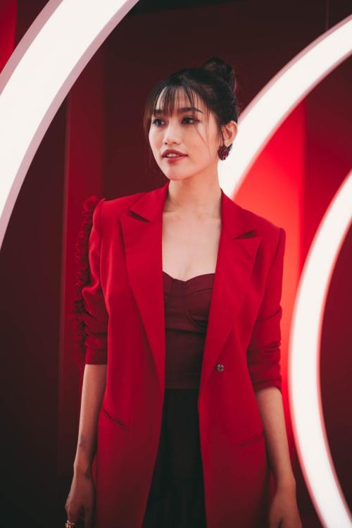 Quỳnh Châu hé lộ trong chuyế công tác này cô kết hợp quay video trải nghiệm đất nước mặt trời mọc. Nữ người mẫu cho biết đang tích cực xây dựng hình ảnh một nghệ sĩ đa năng, không chỉ làm tốt công việc người mẫu mà còn ca hát, nhảy múa và MC.