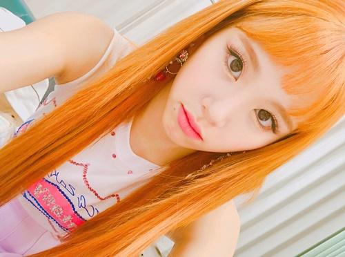 Chae Young (Twice) khoe mái tóc màu cam rực rỡ, lông mày cũng makeup cùng tông.