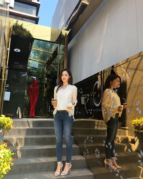 Ham Eun Jung diện áo sơ mi, quần jeans thanh lịch đi chơi cuối tuần.
