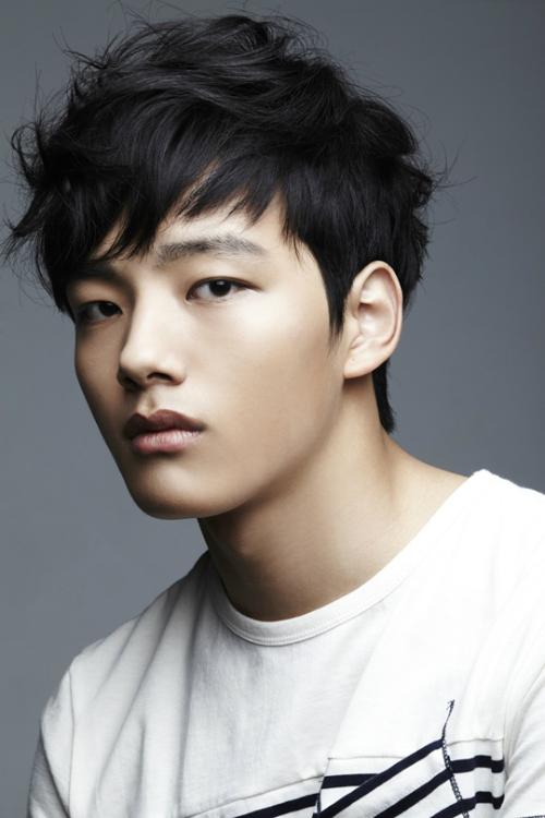 Khi mới 15 tuổi, cậu diễn viên nhí đã nổi danh qua những phân cảnh nội tâm của nhân vật Lee Hwon trong Mặt trăng ôm mặt trời. Jin Goo thuộc diễn viên nhí thế hệ ba.