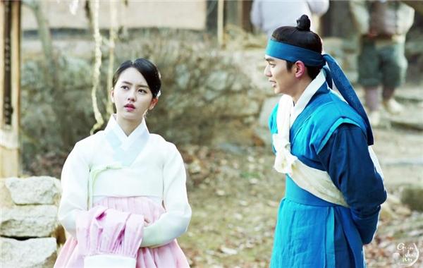 Thế nhưng kể từ sai vai diễn ác nhân Harry trong I Miss You -vai diễn cuối cùng trước khi nhập ngũ ở tuổi 19, anh chàngSeung Hokhông có gì nổi trội thêm. Cụ thể, trong 2 năm Yoo tham gia tới 6 dự án (4 truyền hình và 2 điện ảnh), xuất hiện với tần suất nhiều song số phim tạo cơn sốt gần như không có. Remember và Mặt nạ quân chủcủa Yoo Seung Ho được kì vọng song cuối cùng cũng không thu về rating cao.
