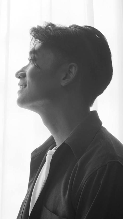 Chàng thơ biết chơi piano từ năm 7 tuổi và guitar lúc 14 tuổi. Samuel An từng đoạt giải Giọng ca Vàng của của cộng đồng Việt Nam bên Thuỵ Sĩ.