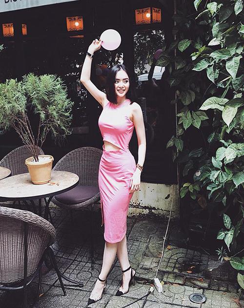 Áo, váy ôm dáng là lựa chọn quen thuộc ở đời thường của Phương Trang.