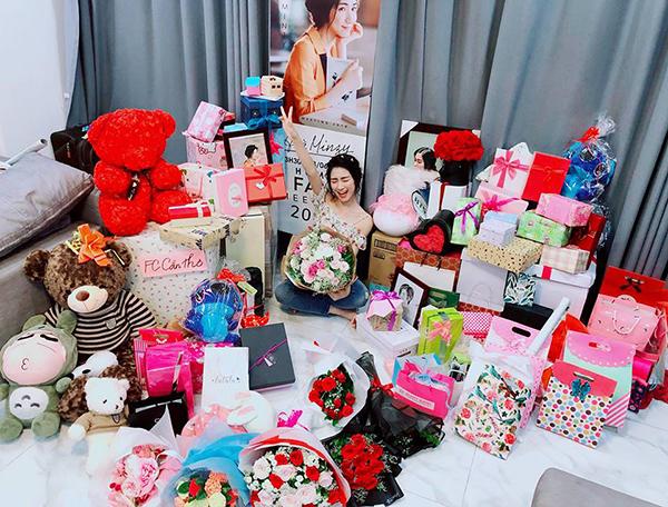 Hòa Minzy khoe cả núi quà được fan tặng nhân dịp sinh nhật.