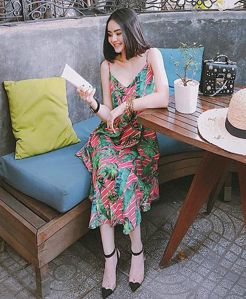 Phương Trang luôn tối giản trong việc lựa chọn phụ kiện đi kèm vì trang phục dạo phố của cô nàng vốn đã có sẵn độ nổi bật. Phụ kiện quá rườm rà cũng có thể khiến cô gái có chiều cao khiêm tốn bị dìm bớt vóc dáng.