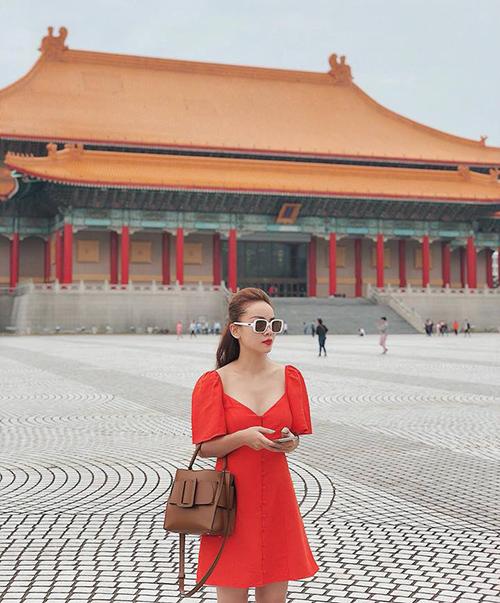 Yến Trang diện đồ sang chảnh giữa khung cảnh cổ kính của Đài Bắc.