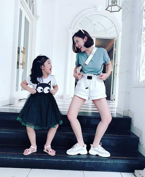 Trang Cherry tưng tửng chẳng khác gì cháu gái.