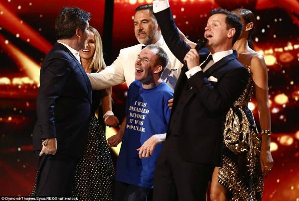 Giấy phút BGK chúc mừng Lost Voice Guy giành ngôi vô địch.