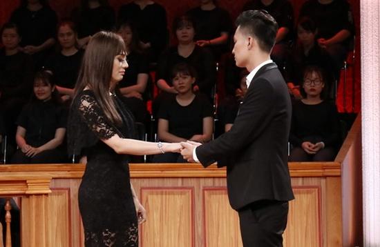 Vợ chồng Lâm Khánh Chi nghẹn ngào nói lời yêu thương trên sóng truyền hình.