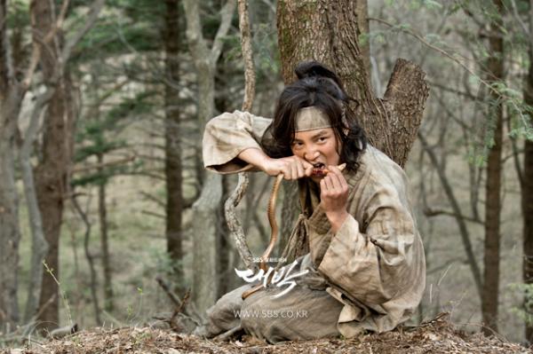 Chưa hết, bộ phim Jackpot anh tham gia cũng khiến khán giả phát điên vì nữ chính lãng xẹtDam Seo (Lim Ji Yeon thủ vai), vừa ít tương tác với nam chính vừa lép vế so với vai phụ. Geun Suk được khen hết lời về sự lột xác ấn tượng với những cảnh lấm lem, lội bùn ăn rắn sống... nhưng xét tổng thể bộ phim vẫn bị liệt vào hàng bom xịt.