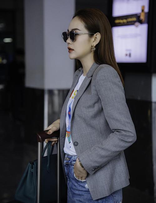 Cô khoe vẻ đẹp cá tính khi mix áo phông với quần jeans rách, kết hợp blazer kẻ phía ngoài chuẩn công thức menswear.