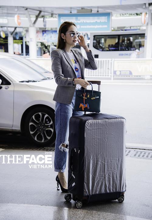 Những món phụ kiện hàng hiệu như túi Hermes, giày cao gót YSL hoàn thiện trang phục đẳng cấp của Minh Hằng. Bộ cánh này giúp cô lấy lại phong độ mặc đẹp so với trang phục khá dìm dáng trong buổi casting đầu tiên của The Face Việt Nam 2018.