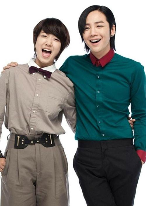 Jang Geun Suk từng bỏ qua vai nam chính Goo Jun Pyo trongBoys Over Flowers -bộ phim giúp Lee Min Ho vụt sáng thành sao để nhậnBeethoven Virus. Thu về rating 19,1 cùng giải thưởng MBC Drama Awards đủ để anh chàng phân buatôi không hối hận khi từ chối vai diễn của Lee Min Ho. Thế nhưng khi đã chạm ngưỡng 30, người hâm mộ vẫn chỉ nhớ đến Hwang Tae Kyung trong Youre Beautiful. Trong khi bạn diễn Park Shin Hye liên tục bỏ túi những bộ phim rating ngất ngưởng, Geun Suk dường như dậm chân tại chỗ.