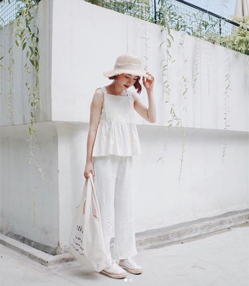 Là tông màu bất hủ trong thời trang, trắng có thể mang đến cho người mặc diện mạo tinh khôi trong phút chốc. Mùa hè năm nay, các cô gái Việt đua nhau theo mốt diện cả cây trắng từ đầu đến chân, tạo cảm giác cực mát mắt trong ánh nắng chói chang.