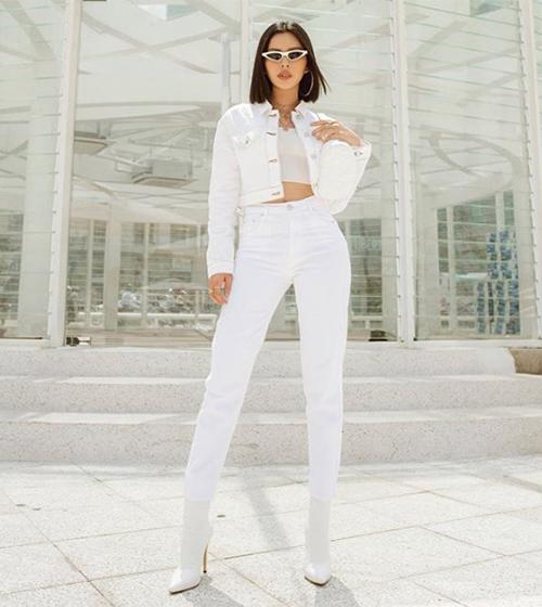 Hàng loạt sao Việt cùng khoe diện mạo sáng bừng dưới nắng hè khi theo mốt mặc độc một màu trắng từ đầu đến chân, giúp bản thân trở thành chủ thể nổi bật nhất trong bức ảnh.