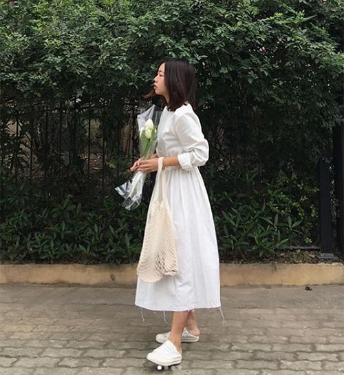 Những bộ váy trắng trơn có sức hút với con gái Việt vì mang đến vẻ thanh tao, nhẹ nhàng, dù có diện cả cây trắng từ đầu đến chân trông vẫn không bị nặng nề, chói mắt như một số gam màu khác.