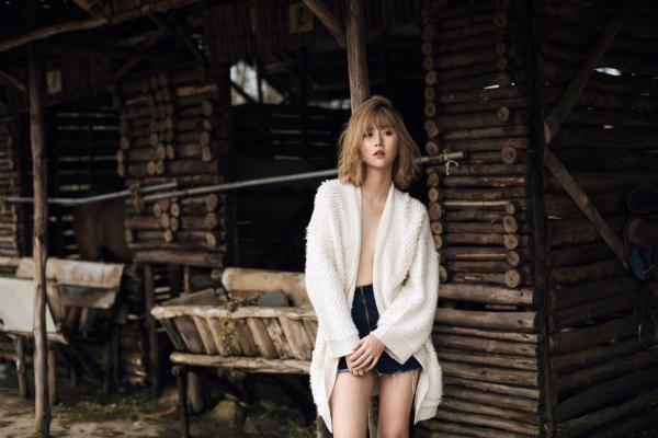 Là một trong những hot girl nổi tiếng, Phí Quỳnh Anh (22 tuổi) chăm chỉ hoạt động nghệ thuật. Cô nàng 9x đảm nhiệm vai trò người mẫu ảnh, diễn xuất và làm đại diện cho nhiều thương hiệu, nhãn hàng.