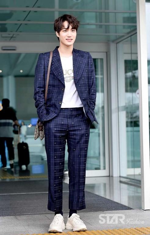 Nếu LV ưa thích Se Hun thì Kai lại là con cưng của Gucci. Phong cách sân bay toàn đồ hiệu đã giúp nam ca sĩ ghi tên trên bản đồ thời trang ở Kpop.