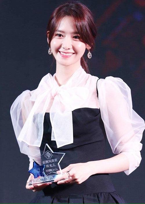 Yoon Ah là gương mặtquen thuộc tại nhiều sự kiện thời trang đẳng cấp. Chỉ tính riêng năm 2017, cô nàng lập kỷ lục số lần lên bìa tạp chí.