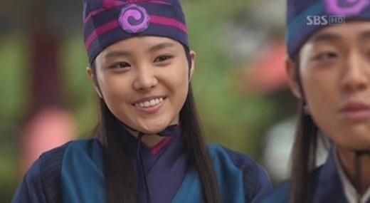 Tất cả yếu điểm của Na Eun như da ngăm, mặt tròn đều lộ rõ.