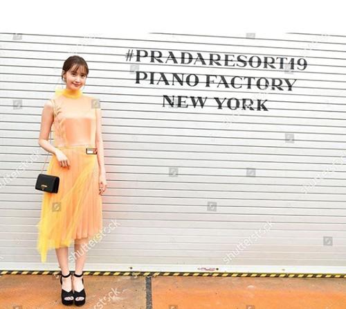 Yoon Ah sở hữu khuôn mặt nhỏ, thân hình thanh mảnh nên mặc đẹp nhiều kiểu trang phục. Mới đây, nữ ca sĩ sang New York để dự show diễn mới nhất Prada.