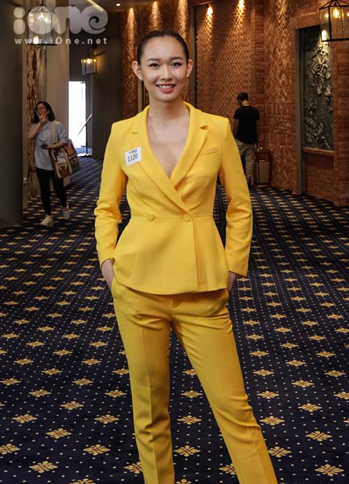 Top 10 Hoa hậu Việt Nam 2016 Nguyễn Thùy Linh chọn cây vest vàng xẻ sâu khoe vòng một.
