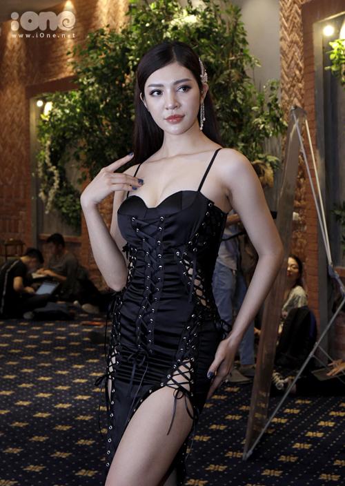 Sau buổi casting tại TP HCM, The Face Việt Nam 2018 tiếp tục sơ tuyển khu vực phía Bắc. Buổi casting sáng nay (5/6) thu hút nhiều gương mặt với phong cách đa dạng. Thí sinh Bùi Lý Thiên Hương thu hút sự chú ý khi xuất hiện với phong cách gợi cảm, khoe vòng một và chân dài sexy.