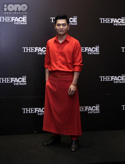 Màu đỏ rực rỡ cũng được Nam Trung lựa chọn. Host của The Face táo bạo diện váy xòe tạo cá tính riêng.